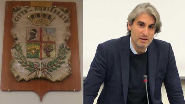 Il sindaco Locci (da privato cittadino) dona uno stemma di ceramica a Monserrato