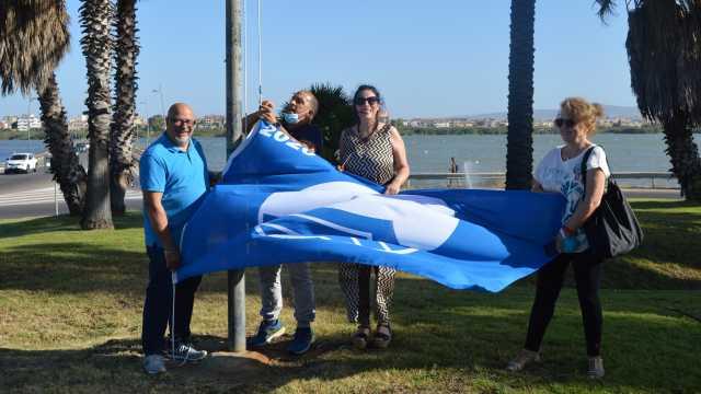 La bandiera blu sventola sulla rotatoria della Bussola a Quartu