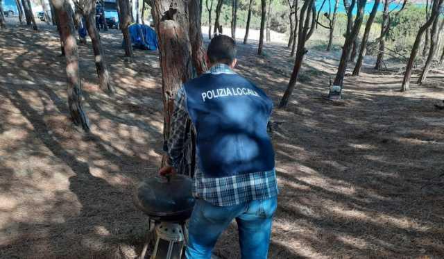 Campeggiatori abusivi e rischio incendi, raffica di multe a Porto Ferro
