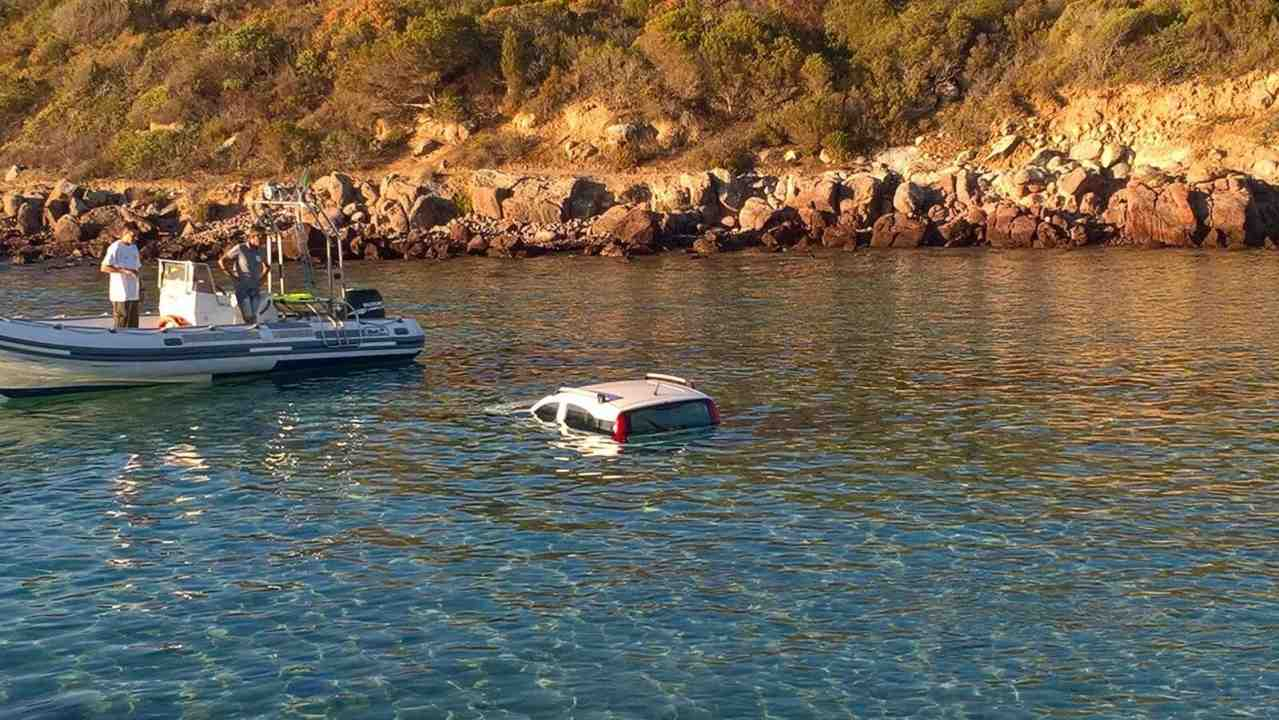 Precipita in mare con l'auto: donna salvata dai passanti e dalla guardia costiera a Carloforte